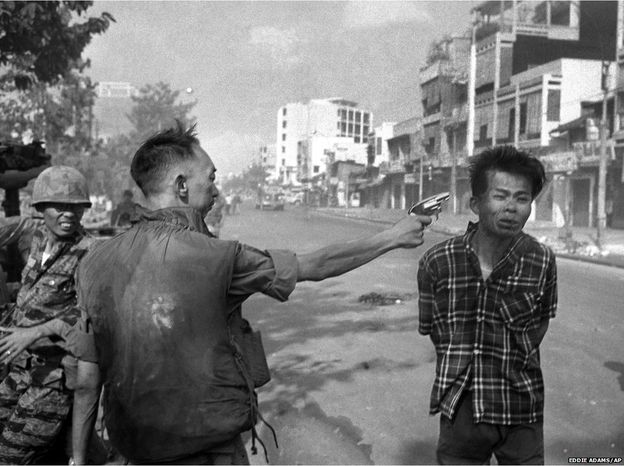 Generalul Loan ucide un ofiter Viet Cong